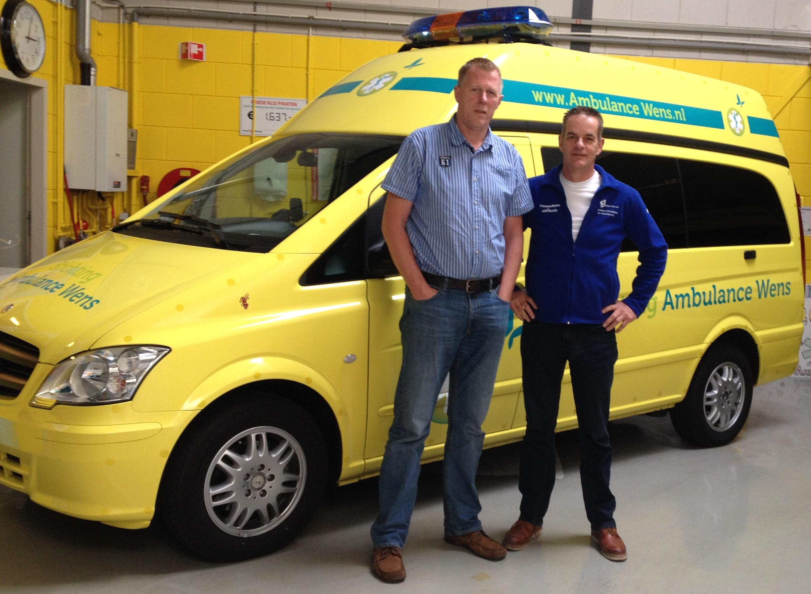 Beide voorzitters van Ambulancewens en Topsport for Life, Kees Veldboer en Miel in 't Zand, poseren bij de nieuwste ambulance.