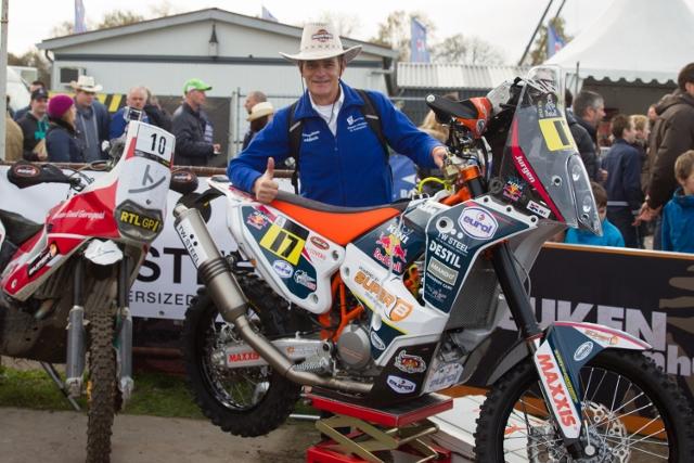 Miel in 't Zand, zelf motorfan, mag even de Dakar-motor van Jurgen vasthouden...