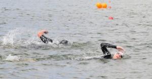 Esther eerst in het water bij de triathlon
