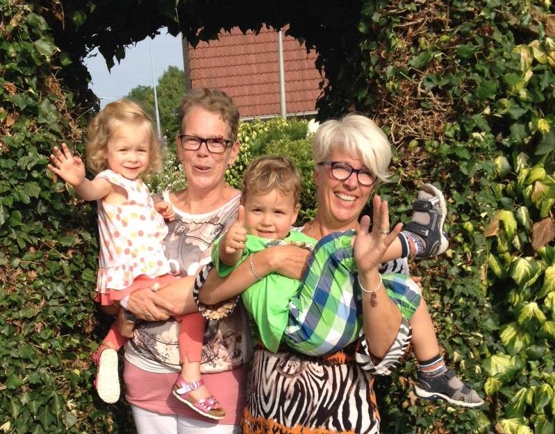 SNEEK. Hartelijke ontvangst bij Jannie Anema en haar broer Jan van der Schouw. Ook haar kleinkinderen maakten er een gezellige boel van! — v.l.n.r. Jannie Anema en Nita van Vliet