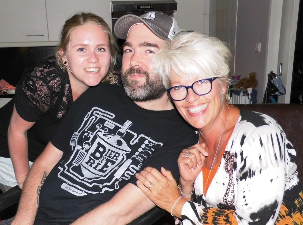 DEN HELDER. Bezoek aan kanjers Oscar en Michelle Wagner. Wat een goed stelletje is dat! — v.l.n.r. Michelle en Oscar Wagner en Nita van Vliet