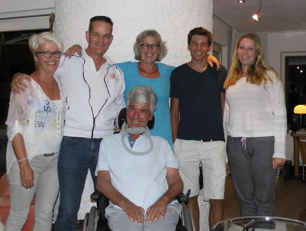 KORTGENE. Onze 1e ronde door Nederland werd afgesloten met een heel fijn bezoek en kennismaking met Cees, Jolanda, Reinout en Floor Campfens. Wij gaan ervoor zorgen dat dit gezin weer een beetje meer 'wind in de zeilen' krijgt... Maar wat een kanjers zijn dit! Respect hoe zij nu al samen vechten voor een beter leven met ALS! v.l.n.r. Nita van Vliet, Miel in 't Zand, Cees/Jolanda/Reinout en Floor Campfens