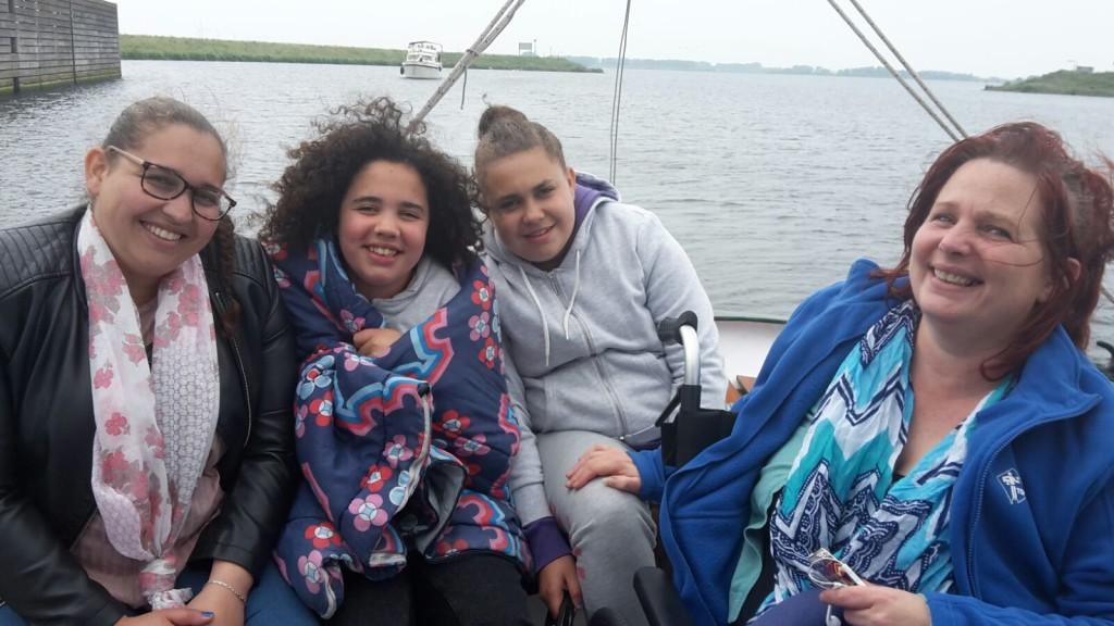 Topsport for Life - Samen voor de wind - ALS-patiënte Conny (rechts) met dochters (v.l.n.r.) Daphne, Shanti en Celeste