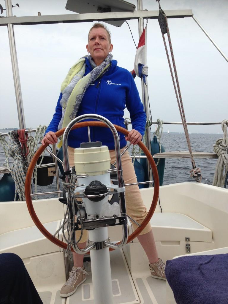 Topsport for Life - Samen voor de wind - kankerpatiënte Anita aan het roer