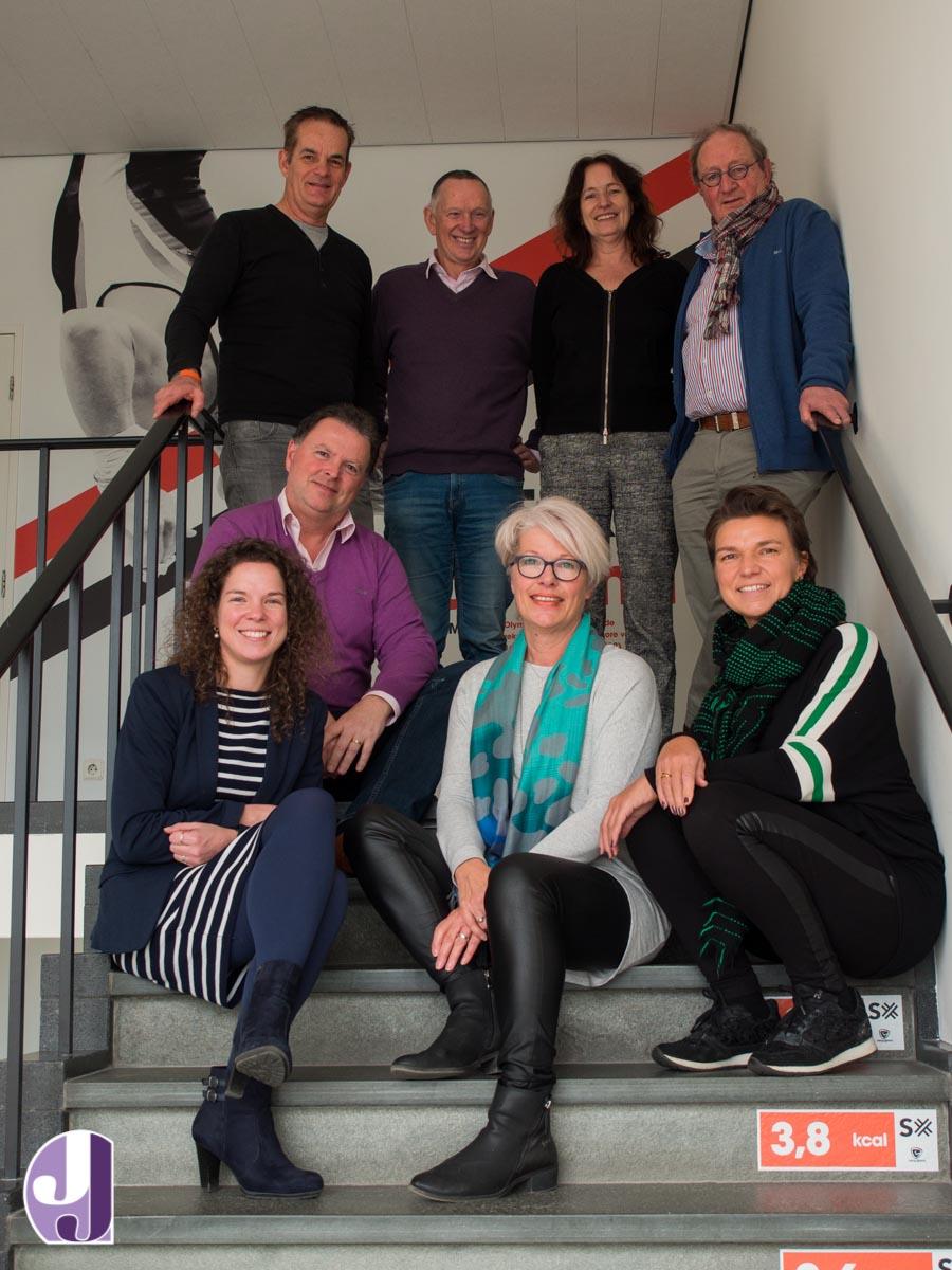 Zittend v.l.n.r. Wendy Schapers, Jos Luypaers, Nita van Vliet en Irene Walk. Staand v.l.n.r. Miel in 't Zad, Wim Schellens, Inge Pansier en Joop Berden.