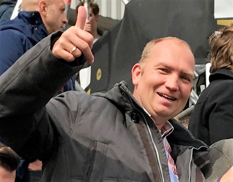 Ronald is enorm blij met de kaarten voor Feyenoord-Heracles. De nog maar 10-jarige Nika is de lieve en gulle geefster!