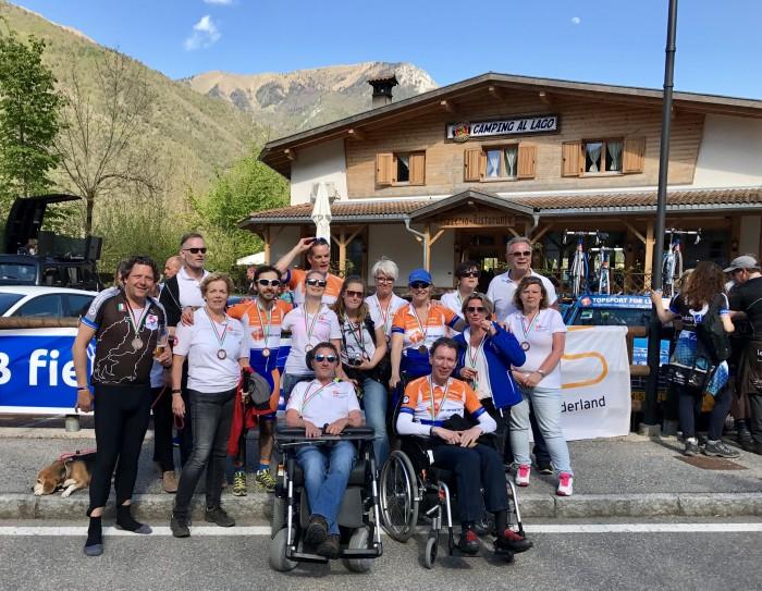 Het team van Topsport for Life in 2017, samen met de organisatoren van Ledro4Life, Ben en Christel Beckmann.
