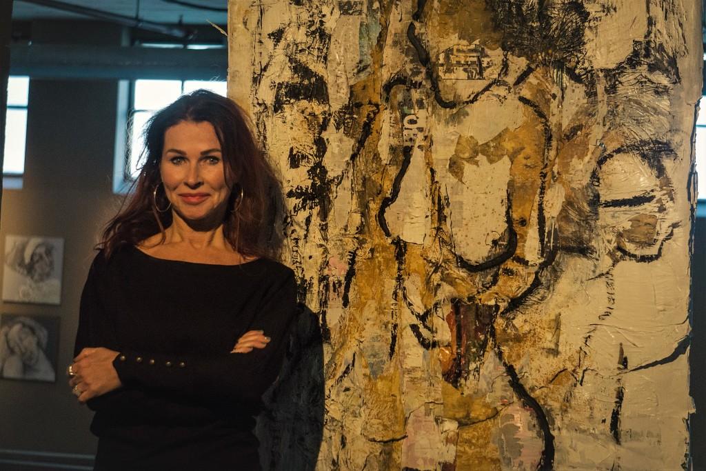 Christa Dohmen voor het gedoneerde schilderij met de naam 'Golden Leg'
