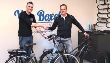 Bas van Boxel en Miel in 't Zand bij het afsluiten van de 'onderhoudsdeal' voor de KOGA-fietsen van Topsport for Life.