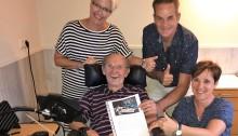 Frans overhandigt zijn brief aan Nita en Mie van Topsport for Life