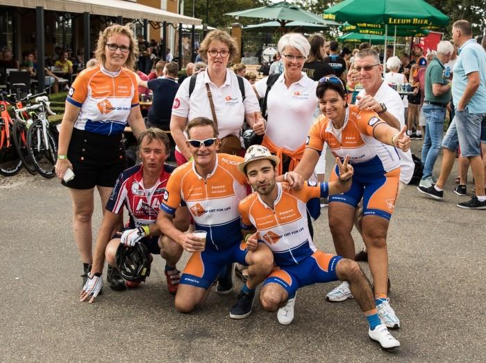 Het team van Topsport for Life/ Voorste rij: Dirk Colijn, Miel in 't Zand, Siamak Zahmat, Petra Huijsmans. Achterste rij: Marlijn Colijn, Josee van Doorn, Nita van Vliet, Ludo van Doorn. Niet op de foto: Hennie en Wim Slingerland.