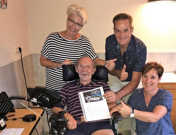 Nita van Vliet en Miel in 't Zand ontvangen namens de stichting van Frans en dochter Desiree een mooie cheque ter gelegenheid van zijn 78e verjaardag
