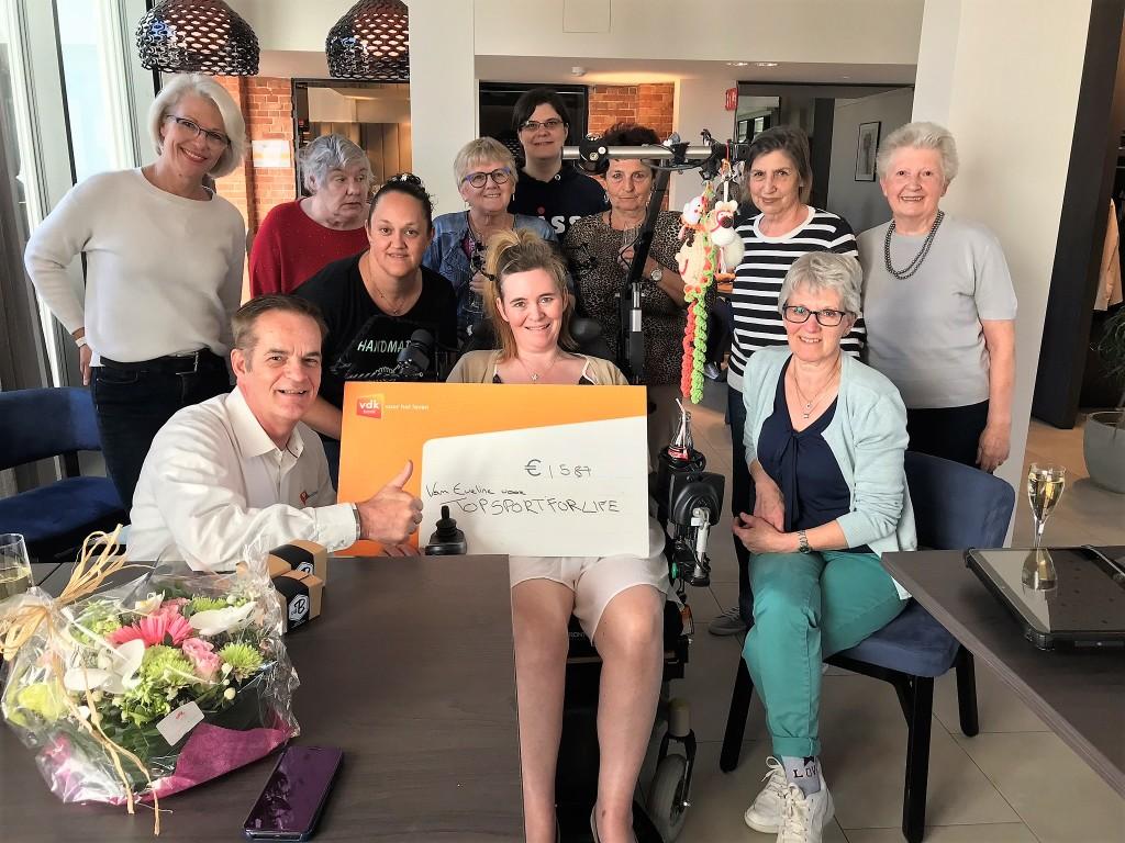 Eveline omringd door een aantal vrijwilligers die aan de actie hebben meegewerkt en met Miel in 't Zand en Nita van Vliet van Topsport for Life.