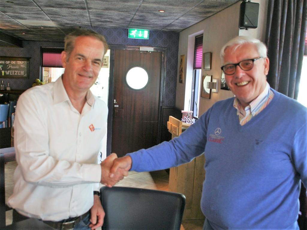 Miel in 't Zand (directeur Topsport for Life) en Rik Eelkman Rooda (voorzitter van MBCN) schudden elkaars hand na het ondertekenen van de overeenkomst.
