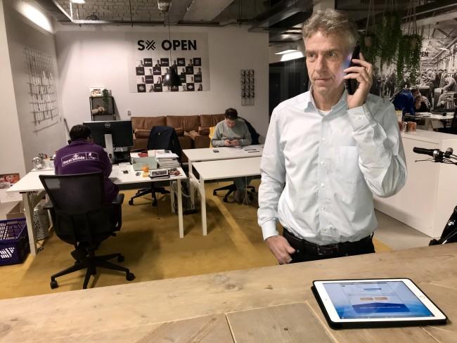 Iedereen is druk aan het bellen..