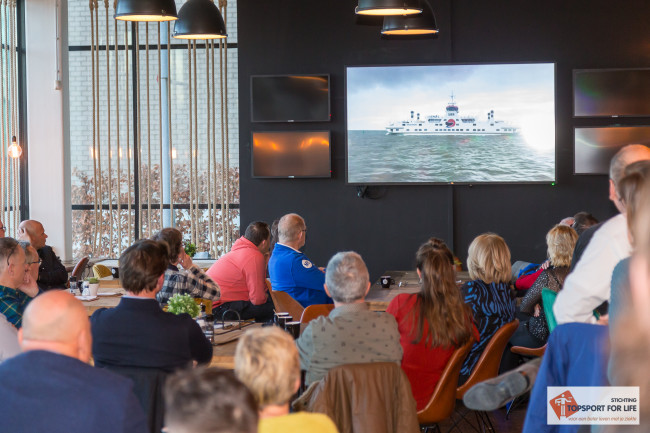 De aanwezigen kijken aandachtig naar de presentatie over Topsport for Life. Foto: Paul Bekkers