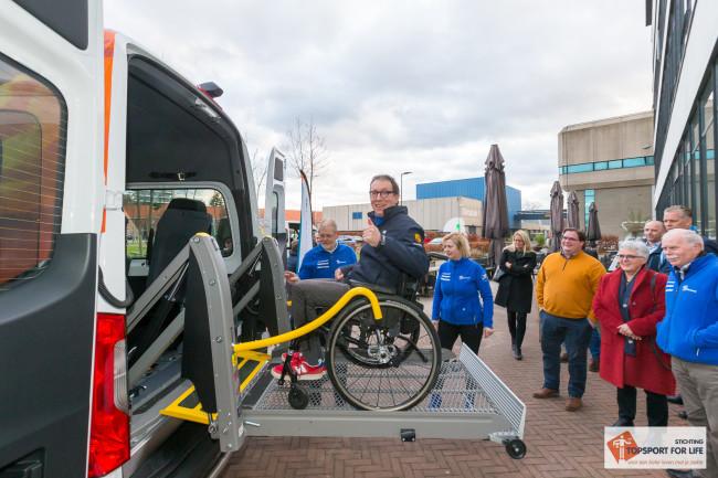 ALS-er Piet Vrom,ans probeert als eerste gast de rolstoellift uit. Alles ok! Foto: Paul Bekkers