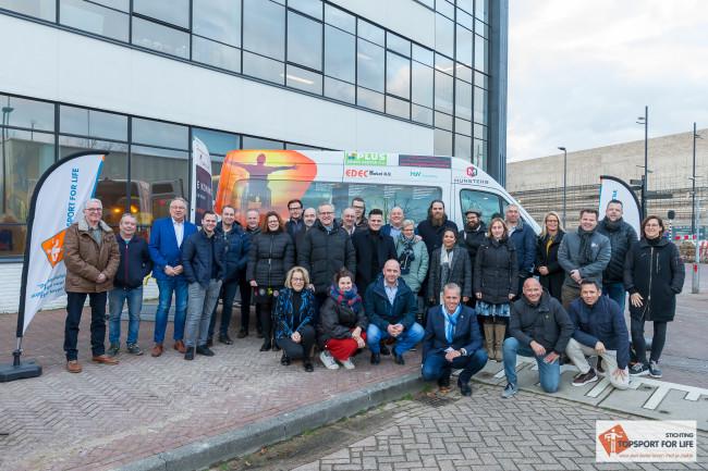 De aanwezige sponsoren bij 'hun' bus! Foto: Paul Bekkers