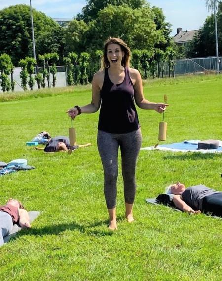 Er werd zichtbaar genoten van de buiten yogasessie in 's-Gravendeel!