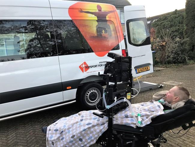 Ronnie maakt kennis met onze nieuwe rolstoelbus, december 2019
