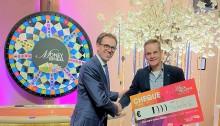 Hans van Heteren, links op de foto,  overhandigt cheque aan Miel in 't Zand van Topsport for Life
