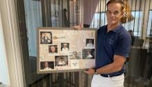 Directeur Miel in 't Zand toont in ons kantoor vol trots het ontvangen 'schilderij'.